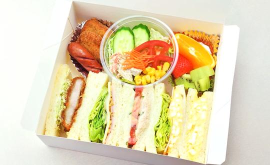 ランチBOXSET ホットスナックトサラダが入ったサンドイッチBOX